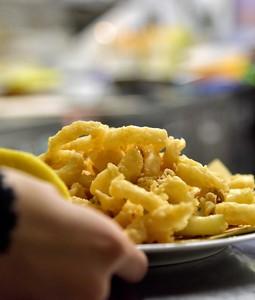 Frittura di calamari e gamberi con verdura